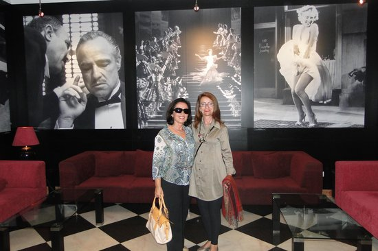 Vila Gale Porto: Regina e  eu  no  saguão do hotel.