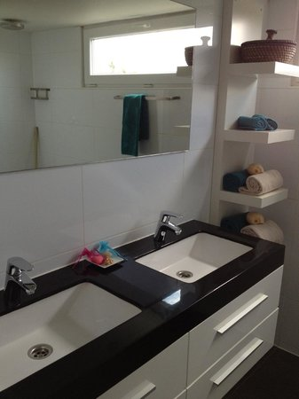 Bamboo Bali Bonaire - Boutique Resort: Bathroom sink