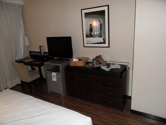 AC Hotel Cordoba: Mueble bar y televisión.