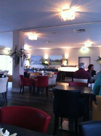 Hotel Restaurant Anno Nu: zicht in het restaurant met ontbijtbuffet