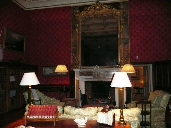 Bantry House B&B: The Library where you are encouraged to relax in style in the evening
