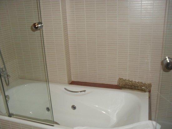 vasca idromassaggio della suite dell'hotel loar ferreries