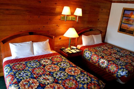 Whispering Sands Motel : 2 Queen Cabin