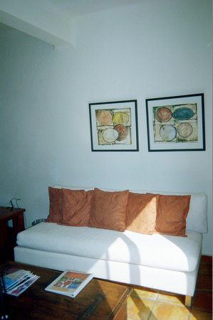 Casa Cupula: Living area of room 101