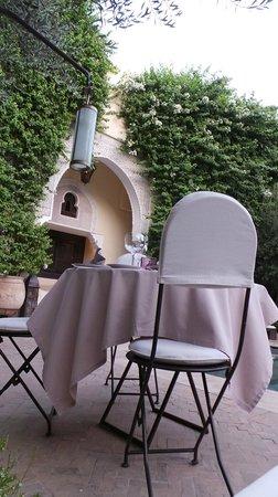La Villa des Orangers - Hotel: Mise en place tables diner autour de la piscine