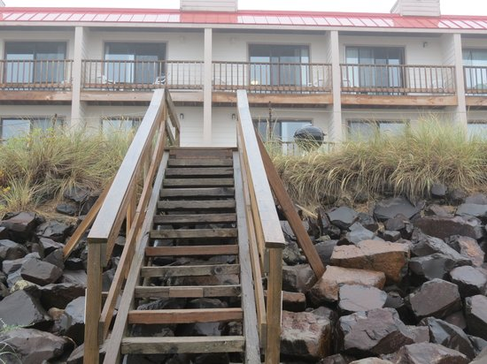Tradewinds Motel: stairway to the seaside