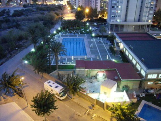 Paraiso Ten Apartments: Spanish hotel oppersite