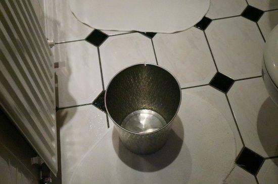 Adria Hotel: 6 dias convivendo com as goteiras