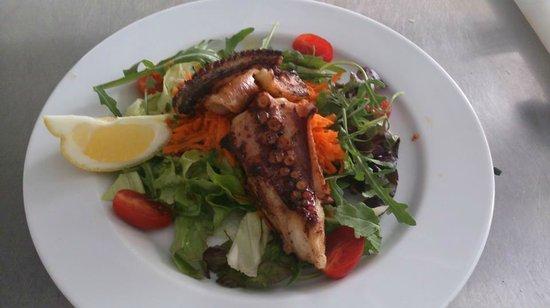 Il Giardino : Poulpe grillé avec salade verte et carotte