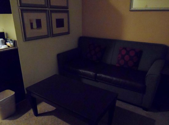Holiday Inn Express Absecon - Atlantic City Area: sofa bed sitting area