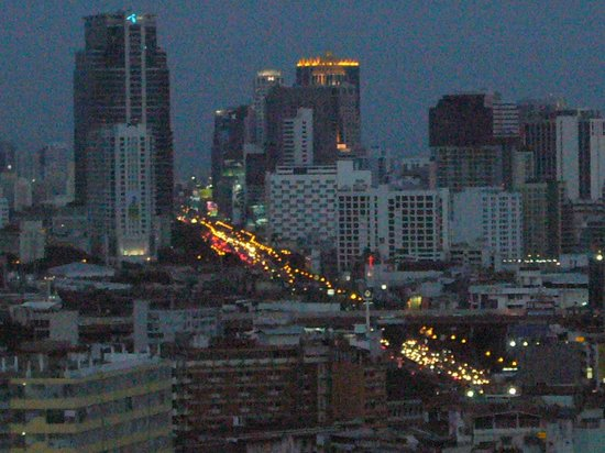 Grand China Hotel : View of Bangkok from rooftop pool
