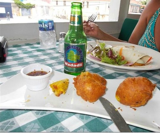 Hemingways Caribbean Cafe: Conch Fritters and Wadadli Beer