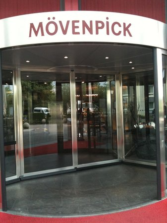 Mövenpick Hotel Zürich-Airport: Hotel front door, where u wait for the shuttle bus to the airport