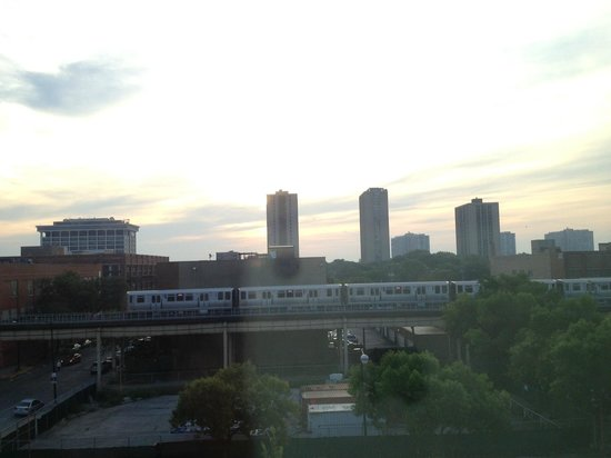 Chicago South Loop Hotel : The L wakeup time and morning sunrise