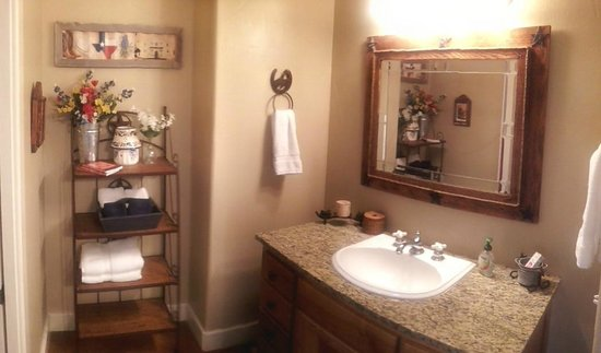 Bella Vista Bed and Breakfast on Lake Travis: Bathroom (Sink)