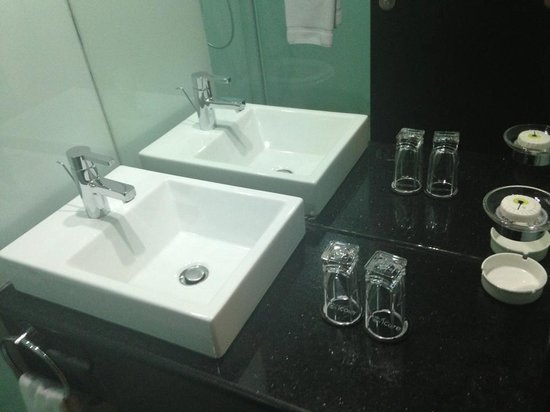 Ramada Encore Doha : clean sparkling bathrooms