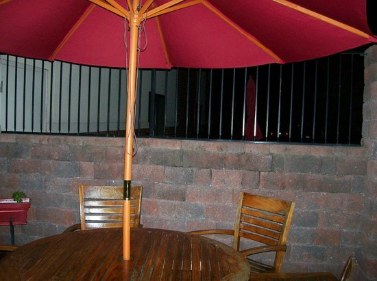 TownePlace Suites Harrisburg Hershey: outdoor patio and umbrella seating