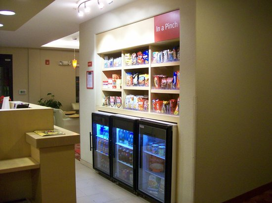 TownePlace Suites by Marriott Harrisburg Hershey : mini mart in lobby