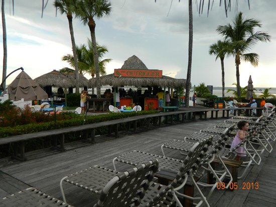 Outrigger Beach Resort: Tiki Bar & deck