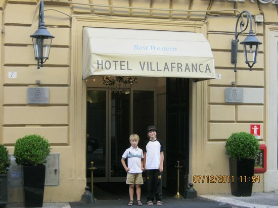 Hotel Villafranca: Boys out front of hotel