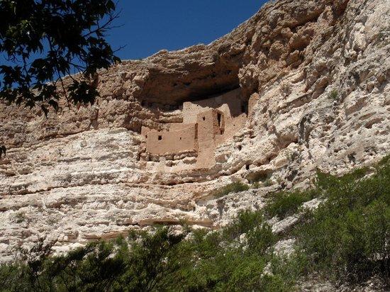 Montezuma Castle National Monument: Castle on the side of mountain