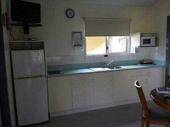 Bays Holiday Park : Family suite kitchenette