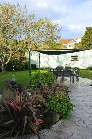 Churchills Bed & Breakfast : A sun shade covers the outdoor setting