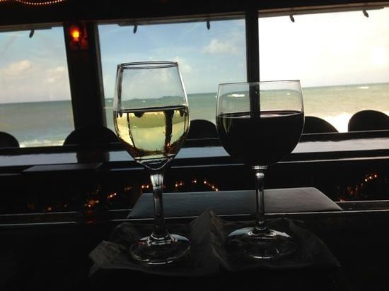 Ocean Grill Restaurant: Enjoying a drink before dinner in the bar