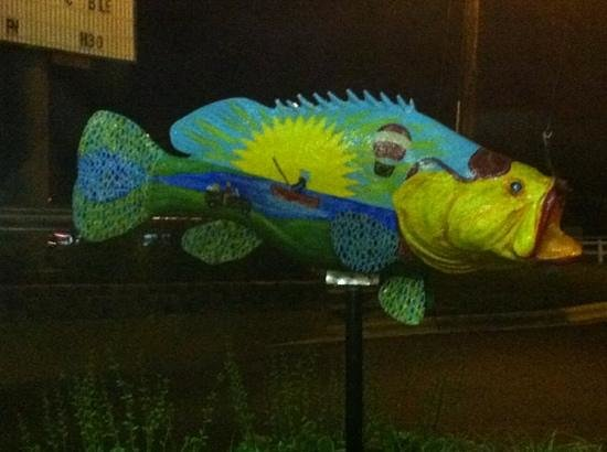Days Inn Weldon Roanoke Rapids: Big fish at the entry of the hotel.