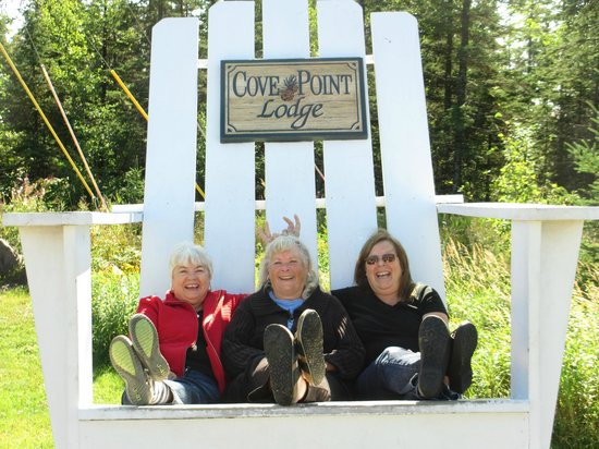 Cove Point Lodge: Big chairs in front of the lodge