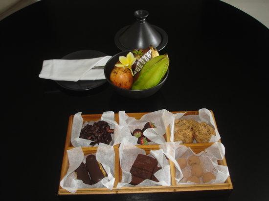 Alila Villas Uluwatu: Signature chocolates and welcome fruit basket