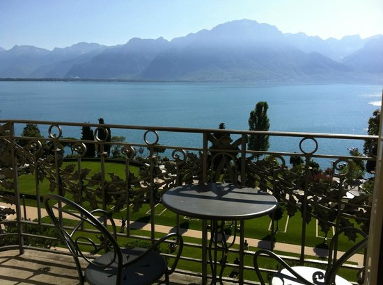 Fairmont Le Montreux Palace: Balcony with table and chairs