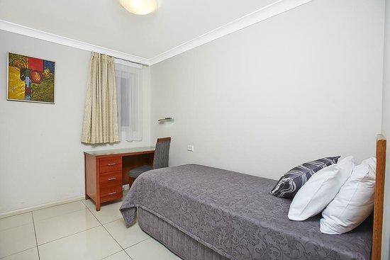 Comfort Inn & Suites Burwood: 2 Storey Townhouse -Bedroom with Single Bed