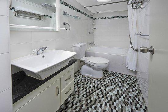Comfort Inn & Suites Burwood: 2 Bedroom Apartment -Bathroom
