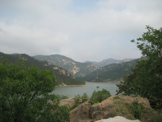 Zhaohu Mountain: Looking down from the mountainside