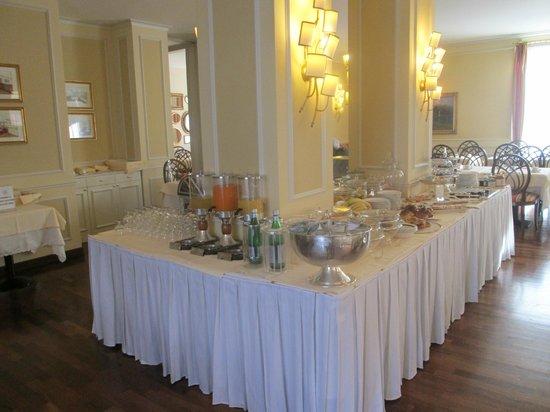 The Regency Hotel: Excellent breakfast selection.