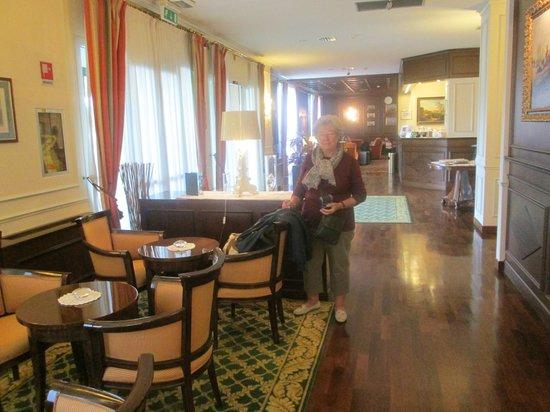 The Regency Hotel: Lobby/Bar areas.