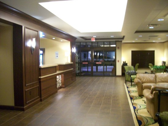 Holiday Inn Express Hotel & Suites Wilmington-Newark : Frong Desk and Interior Entrance