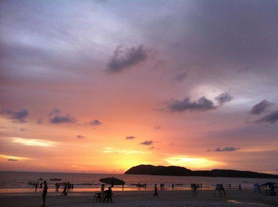 เมอริทัส เปอลังงี บีช รีสอร์ท แอนด์ สปา ลังกาวี: Beautiful sunset from cenang beach