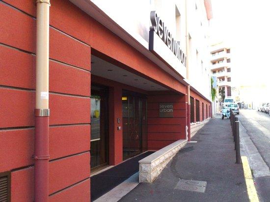 Seven Urban Suites Prado : Ingresso del 7Ubran: quelle che vedete più avanti l'ingresso sono le stanze sulla strada