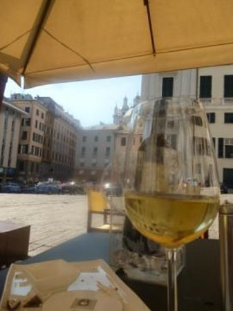 Douce Patisserie Cafe: View across the piazza