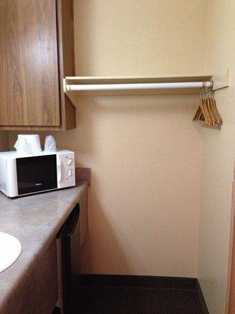 Premier Inn: la penderie, micro onde et frigo