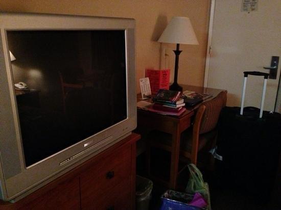 Premier Inn: la télé un peu a l ancienne! disons encombrante et le bureau