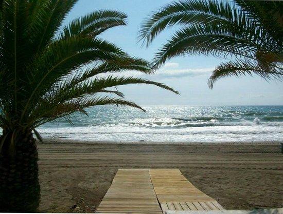 Hotel Continental: Salida a la playa junto a la terraza del restaurante (desayuno/almuerzo)
