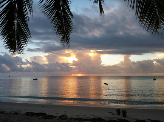 Mike's Beach Cottages: Sunrise over the Indian ocean