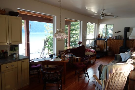The Cottage B&B on Lillooet Lake : Guest living room
