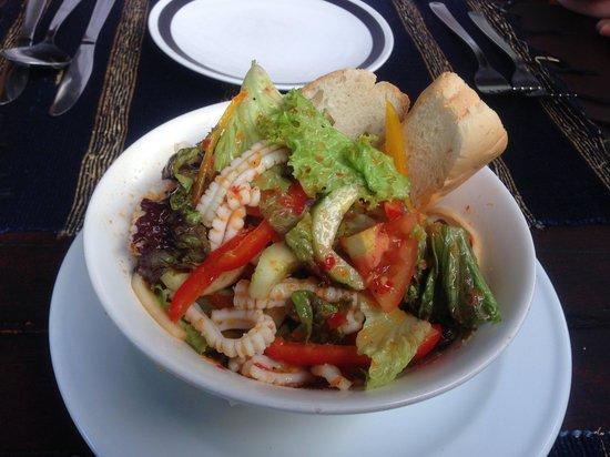 Joglo Restaurant & Bar: イカのサラダ