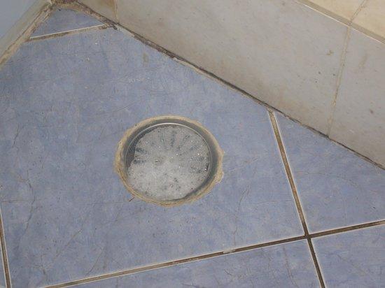 Kalypso Cretan Village : pendant la douche, l'eau ressortait par cette bouche dans la sdb