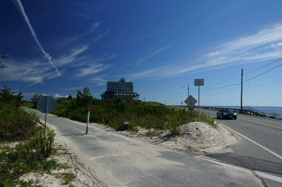 Shining Sea Bikeway : Cycle path crossing Beach Road