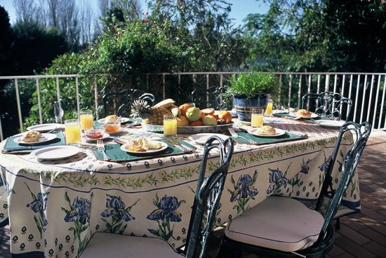 Valley Heights Guest House: Breakfast on patio